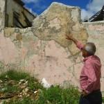 Een tijdelijke oplossing  is bijvoorbeeld het pleisteren van stukken van de muur - foto: Elisa Koek