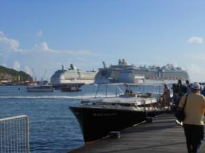 Toeristen gaan aan board van een bootje dat hen naar de achterliggende cruiseschepen zal brengen. Foto Today / Hilbert Haar