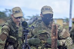 Twee militairen bij de toegangsrit naar SDKK