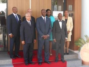 De kabinetsploeg onder leiding van Marcel Gumbs (l) poseert voor een groepsfoto met Goeverneur Holiday. Foto Hilbert Haar
