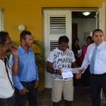 Gezaghebber Edison Rijna gaf de brief aan James Finies foto Extra Bonaire