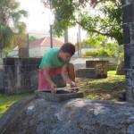Asielzoeker Vladimir Makarenko voert vrijwilligerswerk uit op de historische begraafplaats bij de Gereformeerde Kerk - foto: The Daily Herald / Althea Merkman