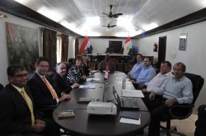 De evaluatiecommissie en de eilandsraad van Saba tijdens de 'meet & greet' vorige maand