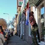De Sabaanse vlag wordt buiten voor het restaurant in Tilburg gehangen tijdens de viering van Saba Dag