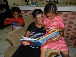 Poppy Rodriguez leest voor aan Zhena en Zhane Foto Belkis Osepa