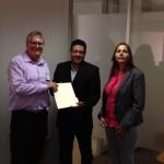 Mark Vos (l), PAIS-voorman Alex Rosaria en jurist Natalie Samson-Coffie (r) met het wetsvoorstel - foto: Stichting Dierenhulp