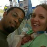Ishya met haar ouders in het ziekenhuis (foto Anand Narain)