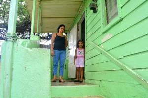Drajiza Martinez (40), vrouw van Jesus Sondoval en haar dochter Audri  (5)