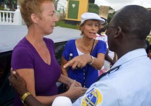 Rianne Hellings (l) wordt bijna gearresteerd, als zij haar 'blokkade-auto' niet snel genoeg van de weg haalt | Foto: Dick Drayer