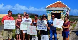 Bewoners protesteren voor de ingang | Foto: Dick Drayer