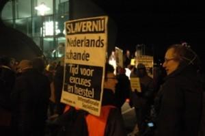 Demonstranten vinden Michiel de Ruyter geen held   Foto: Pieter Hofmann