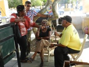 Belkis Osepa praat met bezorgde burgers | Foto: Sofie Custers