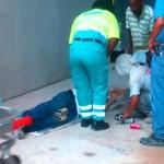 Jesus Sondoval (42) wordt toegesproken door ambulancepersoneel. 7 oktober overlijdt hij in het Sehos