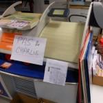 'Geen Charlie' staat er op het briefje bij het boekwinkeltje om de talloze vragen van klanten in een keer te beantwoorden - foto: Hilbert Haar