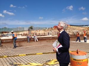 Minister Plasterk had niet verwacht dat de werkzaamheden al zo ver zouden zijn - foto: Anneke Polak