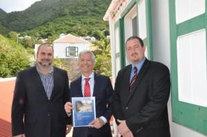 Gedeputeerde Chris Johnson, minister van Koninkrijksrelaties Ronald Plasterk en gedeputeerde Bruce Zagers
