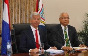 Minister Plasterk (l) en Minister President Gumbs tijdens de persconferentie. Foto Today / Hilbert Haar