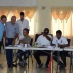 VN waarnemers en de voorzitter van de Referendum Commissie Gregory Pieters (staand links) zagen toe op een ordelijk verloop van het referendum – foto: The Daily Herald/Althea Merkman