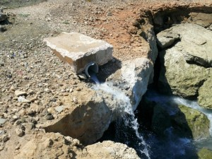 Ongezuiverd rioolwater stroomt de zee in bij Playa Kanoa - foto: Michelle da Costa Gomez