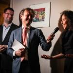 Tegenover een voornamelijk Caribisch publiek debatteren PvdA-Kamerlid Ron van Laar (links) en D66-Kamerlid Wassila Hachchi in een cafeé in Den Haag over de toekomst van het Koninkrijk - foto: John Samson