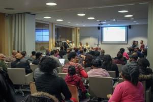 Veel vragen van het publiek tijdens de FKP-bijeenkomst in de Openbare Bibliotheek in Amsterdam. - foto: John Samson