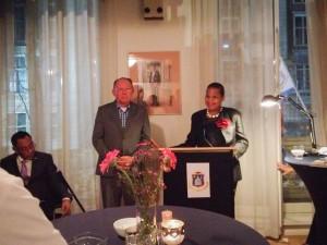 Gevolmachtigd minister Fleming-Artsen roemt in haar toespraak Glen Helberg (zittend) en Mathias Voges (midden) voor hun inspanningen voor de Sint Maartense gemeenschap. - foto: Facebook / Nataly Linzey