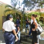 Marga Domingo, advocaat verdachte Pacheco in gesprek met de politie foto Belkis Osepa