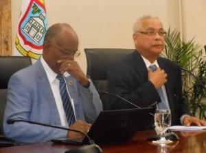 Minister Dennis Richardson (l) en Minister President Marcel Gumbs tijdens de persconferentie. Photo Today / Hilbert Haar