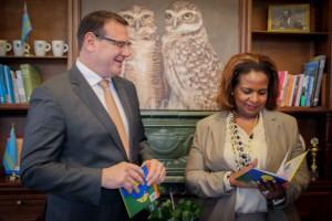De gevolmachtigde ministers Alfonso Boekhoudt van Aruba en Marvelyne Wiels van Curaçao krijgen de eerste exemplaren van het boek 'Nijntje na laman'. - foto: John Samson