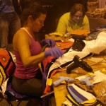 De leden van Estreno di Pikete leggen de laatste hand aan de kostuums - foto: Sofie Custers