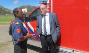 Staatssecretaris Fred Teeven (rechts) in gesprek met brandweercommandant André Bennett.