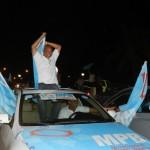 Elvis Tjin Asjoe komt juichend aanrijden bij Pasangrahan | foto Belkis Osepa