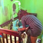 Paula (15) brengt haar zoontje naar bed - foto: Jackeliene Geeve
