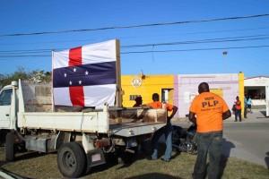 Aanhangers van PLP laten tijdens verkiezingsdag met de Antilliaanse vlag zien dat zij dezelfde autonomie voor het eiland willen als voor 10-10-'10. - foto: John Samson