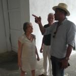 Carlos Blaaker geeft uitleg over zijn kunstwerken - foto: Sofie Custers