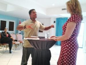 Onderzoeker Monique Turkenburg benadrukt dat het team onafhankelijk is en zij hun best doen met de 'Bonairiaan' te spreken (foto Elisa Koek)
