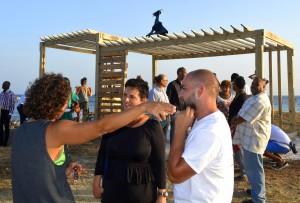 Sofia Saavedra discussieert met een van de buurtbewoners