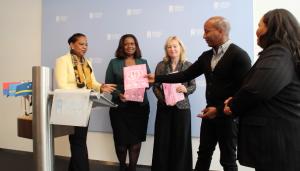 De Curaçaose ambassadeur van de Amsterdam Gay Pride overhandigt de wensenpakket aan gevolmachtigde ministers Josianne Fleming-Artsen, Marvelyne Wiels (Curaçao) en de Nederlandse minister Jet Bussemaker (Emancipatie).