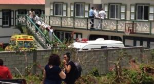 Studenten kijken geschokt toe wanneer het lichaam van hun 23-jarige medestudent naar buiten wordt gedragen - foto: Hazel Durand