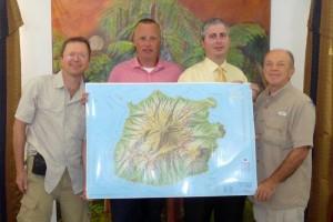 Cartografen Rafal (links) en Michal Kasprowski (rechts), eilandsecretaris Wim van Twuijver en gouverneur Jonathan Johnson met de nieuwe wegenkaart van Saba.