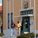 Verdachte kia-bewaarders verlaten gevangenis - foto: Jackeliene Geeve