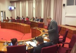 Minister Bermudez geeft antwoord in de Staten van Aruba. Foto: Ariën Rasmijn