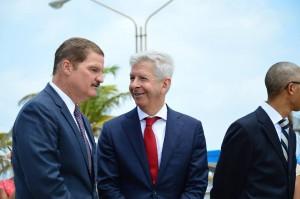 Premier Mike Eman en minister van Koninkrijksrelaties Ronald Plasterk in gesprek tijdens het officiële gedeelte van het bezoek van het koninklijk echtpaar aan Aruba. Foto: Tito Laclé, NoticiaCla.com