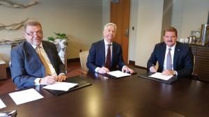 Premier Eman en de ministers Plasterk en Bermudez ondertekenen het protocol voor financieel toezicht. Foto: Buvo