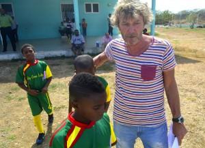 CAS-directeur Hans van Elden begeleidt spelertjes naar het veld   Foto: Dick Drayer