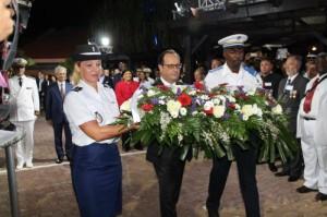 President François Hollande legt een krans bij het monument voor de gevallenen - foto: The Daily Herald