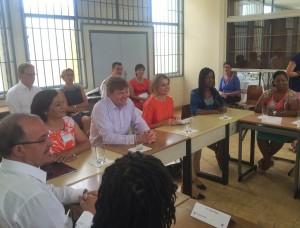 Koning Willem Alexander en koningin Máxima schuiven aan tafel bij docenten en jongerenwerkers. Rechts: gouverneur Fredis Refunjol. Foto: Ariën Rasmijn