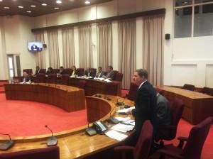 Mike Eman geeft uitleg aan de Staten over het nieuwe protocol voor financieel toezicht. Foto: Ariën Rasmijn