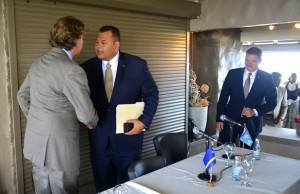 Bert Koenders en Ivar Asjes schudden handen na de persconferentie, Mike Eman (r) kijkt toe | Foto: Dick Drayer