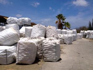 Het terrein bij de Nieuwe Haven begint aardig vol te raken met opgestapelde zakken petflessen - foto: Anneke Polak